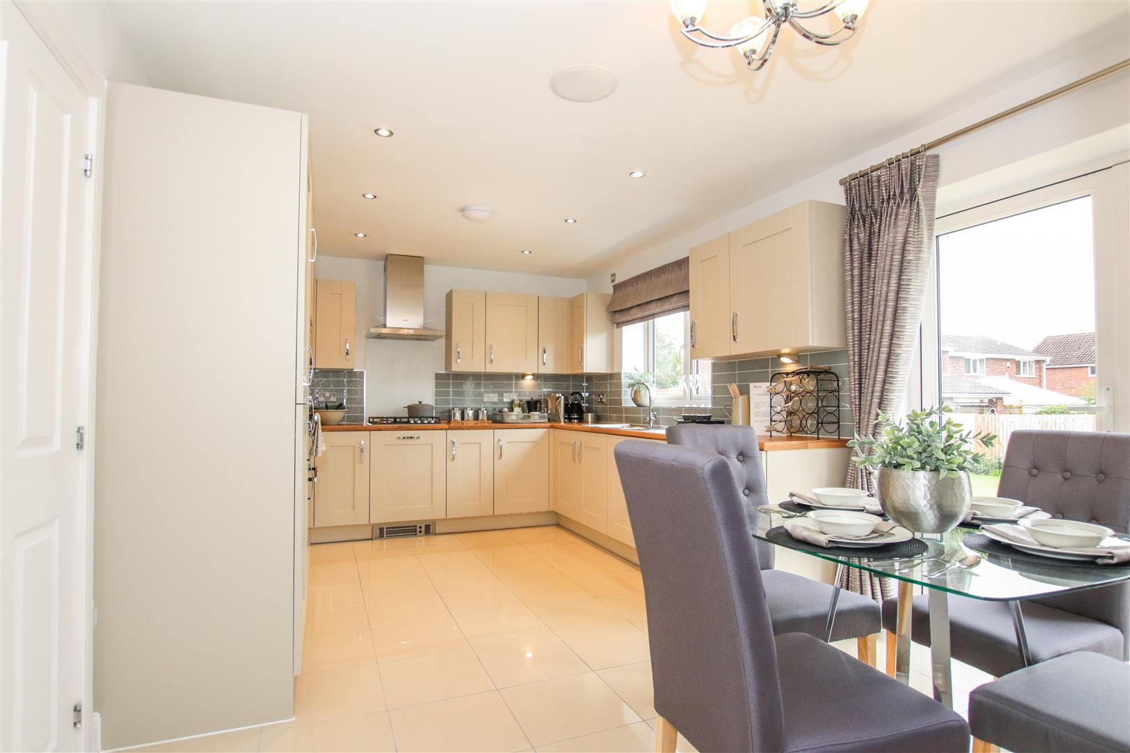 LUXURY FITTED KITCHEN / DINING ROOM